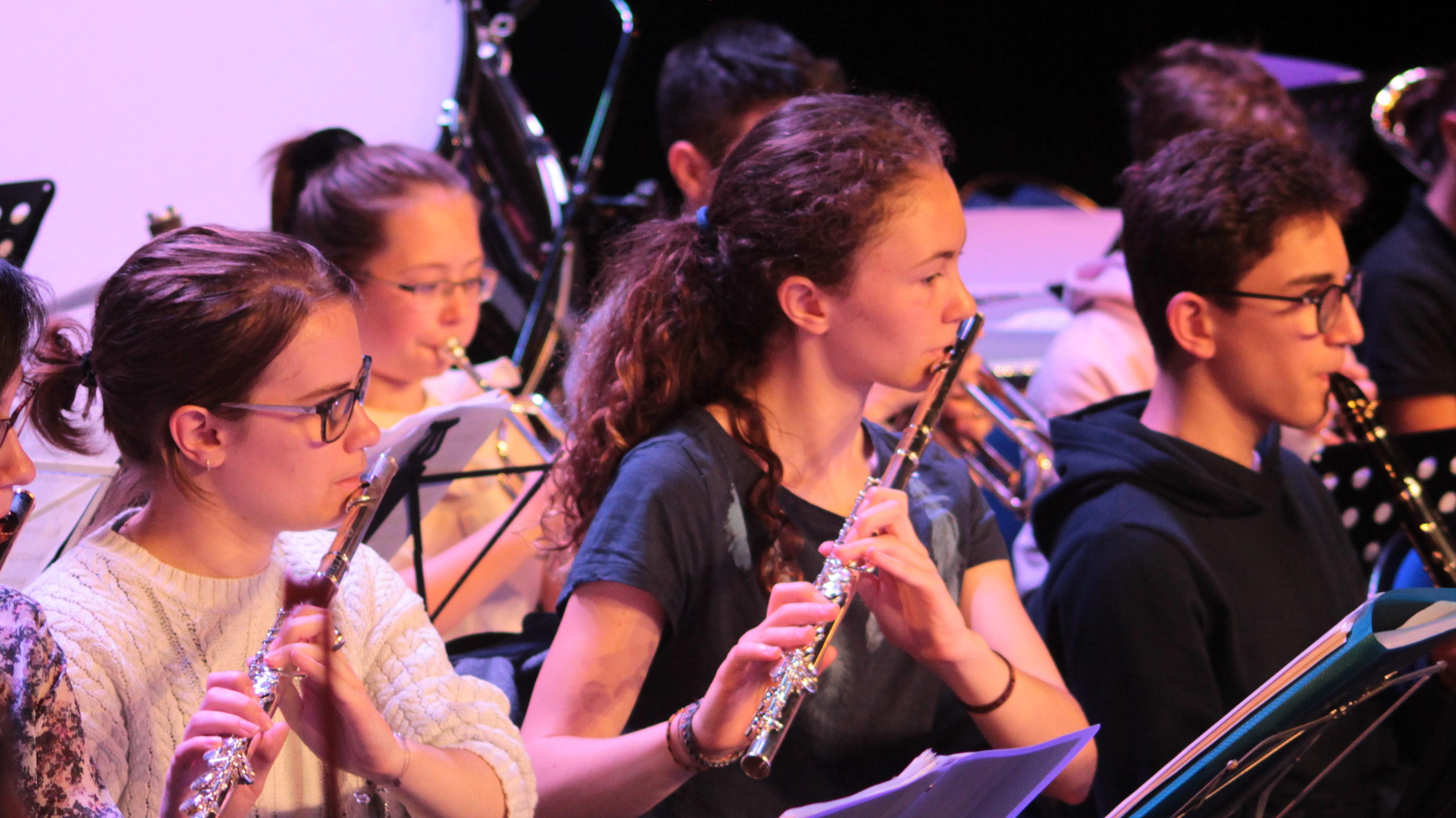Héloïse (au centre de l'image) au sein de l'orchestre National des Petites Mains Symphoniques, août 2019